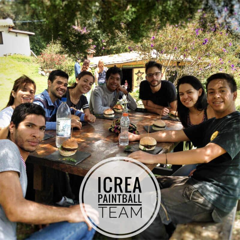 iCrea Team Building - Equipo completo disfrutando una rica